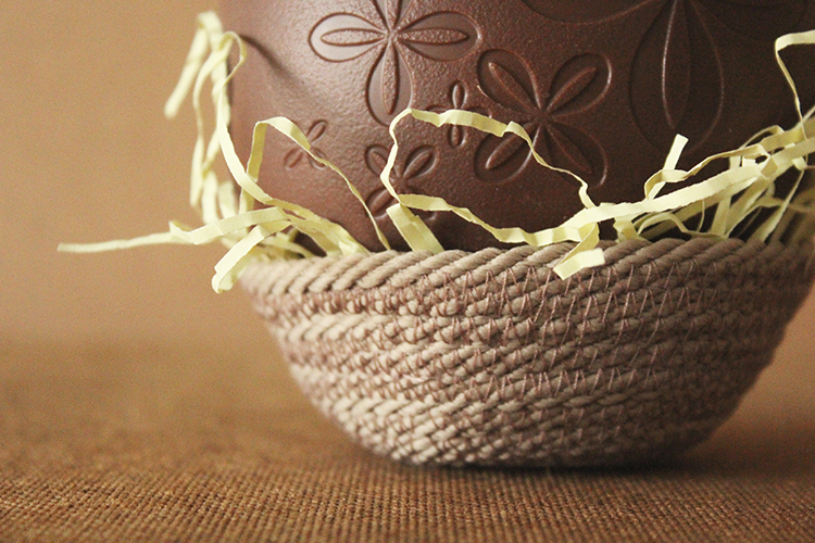 DIY Easter decoration: make an Easter basket nest from rope
